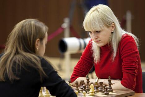 乌克兰棋手乌舍尼娜和保加利亚棋手斯坦芳诺娃(左)在汉特-曼西斯克举行的女子国际象棋世界锦标赛的决赛加赛中。图片来源:俄新社