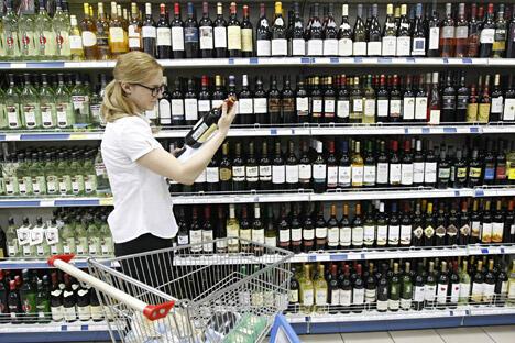 俄联邦及地区酒类市场研究中心预计,今年全年国家酒类消费税收入将达到2500亿卢布(约合500亿元人民币)。图片来源:塔斯社