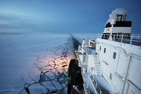 """近日,俄罗斯天然气巨头俄罗斯天然气工业股份公司新闻办公室对外宣布,液化天然气(LNG)油轮""""鄂毕河""""号成功完成世界首次北极航线液化天然气运输。11月7日,液化天然气油轮""""鄂毕河""""号满载一船液化天然气从位于挪威哈默菲斯特港斯诺赫维特气田出发,于12月6日抵达日本。图中:北极航线中航行的液化天然气油轮""""鄂毕河""""号。图片来源:俄气公司"""