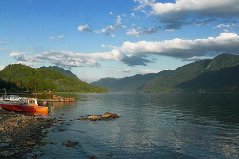 当地最著名的湖泊为捷列茨科耶湖,其起源与构造与贝加尔湖相似,湖岸陡峭,旁边有很多岩石裂谷,而周围布满了充满纯净湖水的小港湾。图片来源:Flickr / sashapo