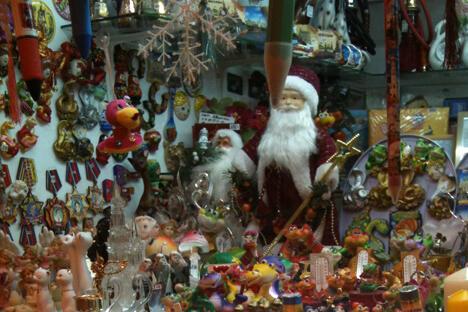 俄罗斯人对此相当泰然自若,依旧热情地购买中国产的圣诞树、节日装饰品,当然还有中国十二生肖俑。摄影:欧阳蕾(Olga Gorshkova)