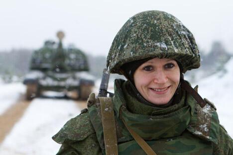 """""""俄罗斯的军官们""""对接收女性下属还完全没做好准备——军队里到处是脏话,但那并不是骂人,因为那里就那样说话""""。图片来源:塔斯社"""