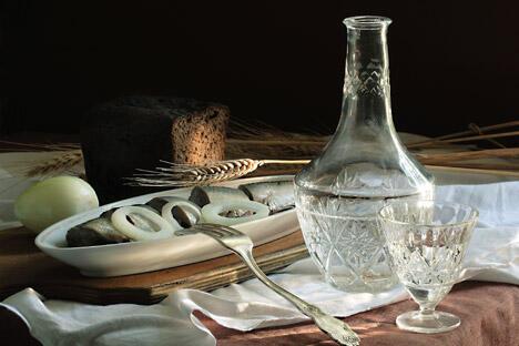 左手拿叉,叉一块俄罗斯传统的下酒菜—腌蘑菇或腌黄瓜(醋渍的也可以),右手拿起装满了冷冻过的伏特加的酒杯……需要一口喝干,然后马上来一口下酒菜。咸鱼也可以作为下酒菜。图片来源:Lori/Legion Media