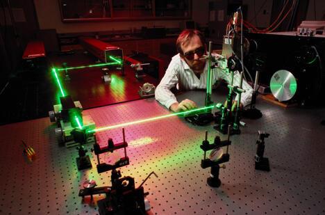 """上周四,极地激光实验室PLL公司、""""科学园区(Science Park)""""纳米技术中心和乌里扬诺夫斯克技术转移中心有限责任公司签署了一项关于在俄特罗伊茨克(Troitsk)制造激光器的协议。图片来源:Getty Images/Fotobank"""
