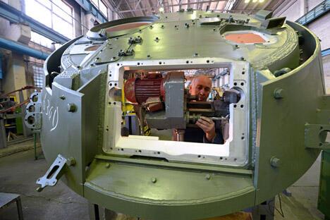 """俄""""拖拉机厂康采恩""""机械制造工业集团(楚瓦什共和国)新闻处宣布,其旗下的""""库尔干机械厂""""股份公司将于今春制造出第一辆""""库尔干人-25""""轻型装甲步兵战车的试制样品车。图片来源:俄新社"""