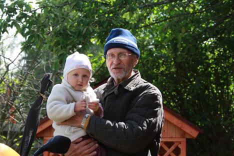 莫斯科一位67岁的退休老人,在妻子去世后,第一次当上了保姆,以此消磨一个人漫长而孤独的日子。图片来源:avito.ru