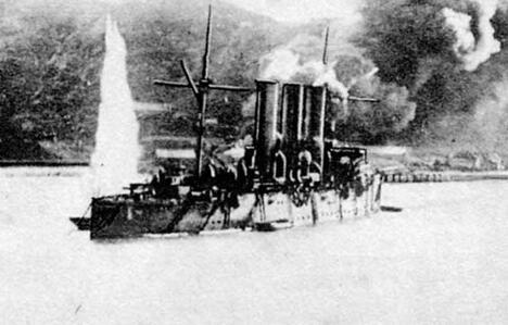 """图中:中国旅顺港,起火的""""巴拉达号""""巡洋舰。图片来源:Wikipedia"""