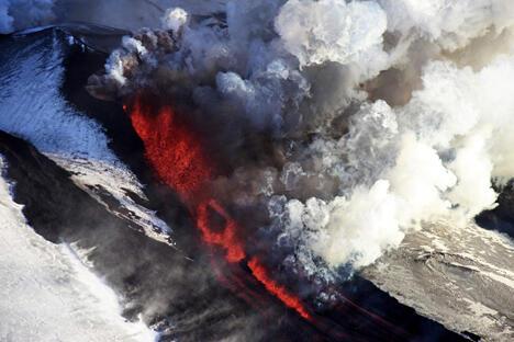 堪察加地区政府协同救援及学者指导游客安全登山观看火山喷发。图片来源:塔斯社