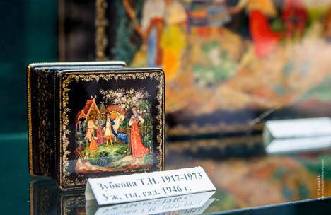 帕列赫从不制作副本,每一只锦盒都是独一无二的。图片来源:Evgeniy Ptushka / Strana.ru