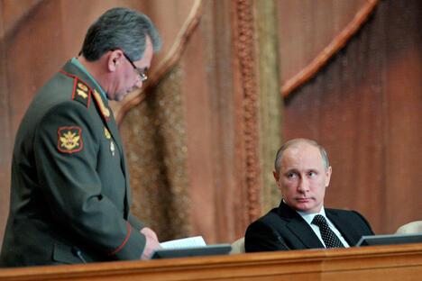 2013年2月27日,俄罗斯举行军方高层会议。俄罗斯总统普京出席会议并指出,军队应在未来三年进行大规模升级改造,已抵御因外部世界战略失衡造成的后果。图中:俄罗斯总统普京和国防部长谢尔盖·绍伊古在会场。图片来源:AP