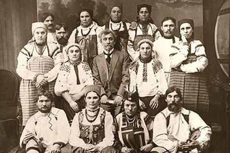 俄罗斯第一个民乐合唱团的创始人米特罗凡·皮亚特尼茨基与其合唱团。