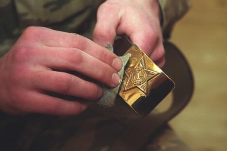 如今这种形式的苏式军用皮带是二战后出现的。这是一条棕色的人造革皮带(也有真皮的,但很少见,只有苏联时期才能碰到)加上一个上面雕有星章的黄铜扣。图片来源:PhotoXPress