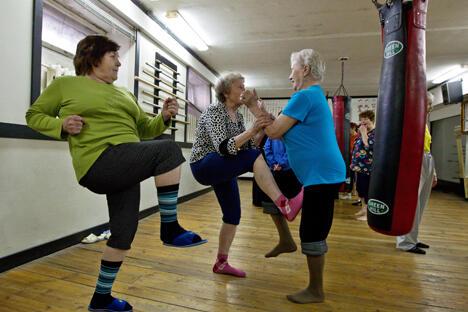 俄罗斯老年女性退休生活日渐丰富 享受运动与现代技术兴趣浓。图片来源:俄新社