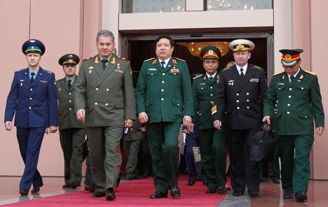 绍伊古访问河内具有历史性的意义。国防部长事实上使这个上世纪九十年代初苏联不得不放弃的国家重新展现出来。图片来源:Reuters