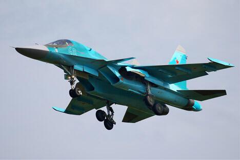 目前,俄罗斯空军已组建两个完整的苏-34轰炸机中队。苏-34与世界其它同类飞机的区别在于其实现了前线突击轰炸机、远程截击机和重型歼击机功能的完美结合,并且机动性能毫不逊色于苏27。图片来源:Wikipedia/Oleg Belyakov