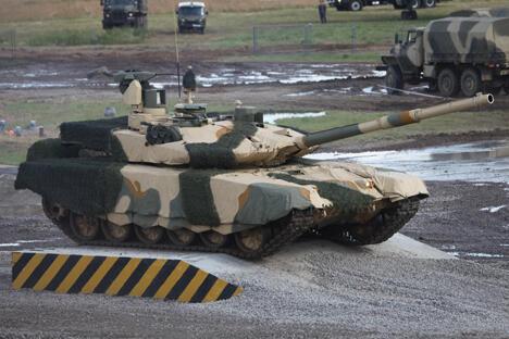 乌拉尔车辆厂以静态展示的形式首次展出了它们的最新设计成果——升级款T-90S坦克和独特的火力支援战车BMPT。图片来源:Wikipedia/Vitaly V. Kuzmin