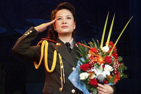 当彭丽媛从抵达莫斯科的飞机旋梯上走下来的照片刊发后,中国民众纷纷发出其是现代中国化身这样的赞叹。图片来源:路透社
