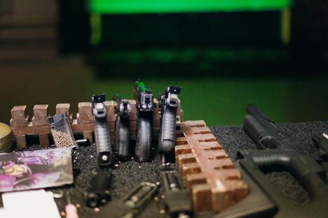 """武器生产是一项细致复杂的工作。枪械要经过手工组装,然后每支枪都要在专用室内靶场中进行试射。图片来源:""""俄罗斯文化""""网站"""