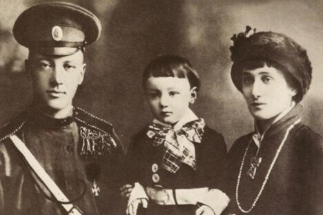 尼古拉•古米廖夫、安娜•阿赫玛托娃和他们的儿子。