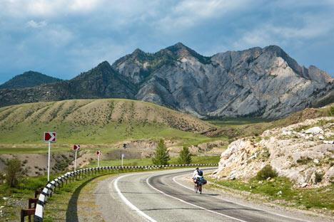 阿尔泰旅行团通常还可以进行骑马、高山漂流和越野等活动。图片来源:Lori/Legion Media