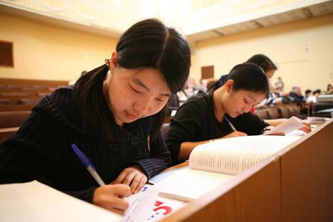 俄罗斯和中国不仅教师教学方法不同,学生的学习方法也不同。例如,俄罗斯大学生课堂上会记很多笔记,但很少翻阅教材。这一点对中国学生来说既不习惯也很难做到。图片来源:PhotoXPress