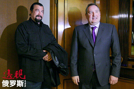 俄罗斯副总理兼军工委员会主席德米特里•罗戈津与好莱坞明星史蒂文•西格尔。图片来源:俄新社