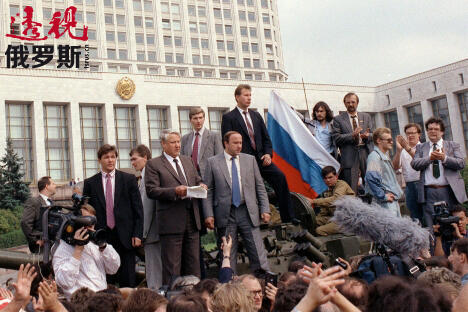 俄罗斯总统鲍里斯•叶利钦(中间)于1991年8月19日站在一辆坦克上向民众致辞。图片来源:路透社