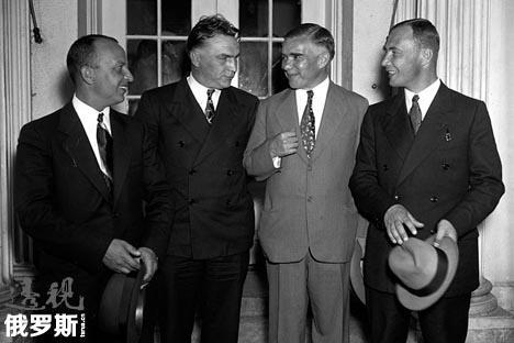 三位驾驶员与俄驻美大使会谈。图片来源:wikipedia.org