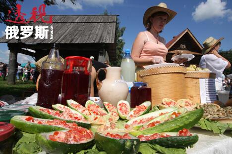 在今年举行的苏兹达尔第十三届国际黄瓜节上可以品尝到用黄瓜做的酱、汤等,其中肯定也少不了传统的冷杂拌汤、黄瓜卷和其他菜肴,它们的配方甚至在500年里都没有太大改变过。图片来源:俄新社