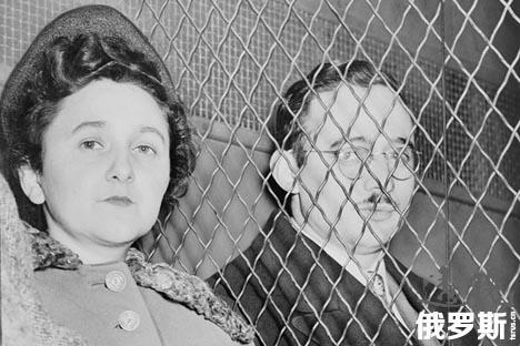 美国物理学家朱利叶斯•罗森堡和妻子艾瑟尔•罗森堡被判处死刑,1951年。
