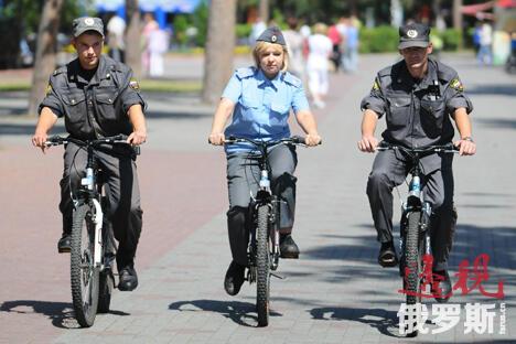 骑自行车的警员更加灵活机动,大大缩短了到达出警地点的时间。潜在违法者会因此仔细想想,值不值得去犯罪;市民则会感到更安全;对警员也有好处,有利于其保持体形。图片来源:塔斯社