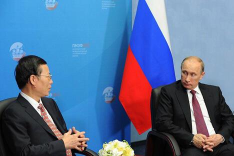 """普京在SPIEF期间同中国国务院第一副总理张高丽会面时表示:""""和俄石油公司拟订了一份大型合同,可以毫不夸张地说,其规模是空前的。向中国供应原油的数量将达到数亿吨之巨。""""图片来源:Reuters"""