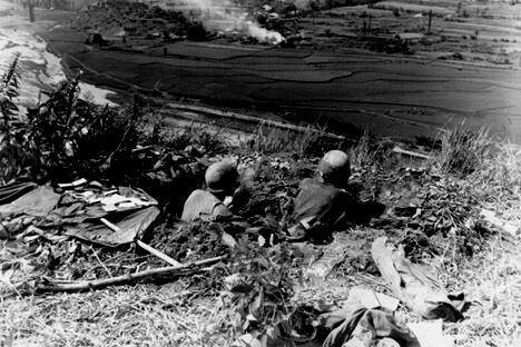 一队美军士兵驻守在釜山环形防御圈的洛东江河畔,准备阻止北韩军队的进攻。