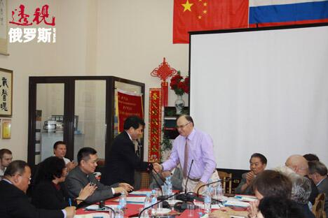 中国驻俄罗斯大使馆李辉与俄中友好协会主席和远东研究所所长季塔连科院士握手。摄影:许文虎