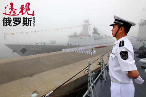 """中国派出7艘舰艇赴俄参加中俄""""海上联合—2013""""军事演习。摄影:新华社/查春明。"""