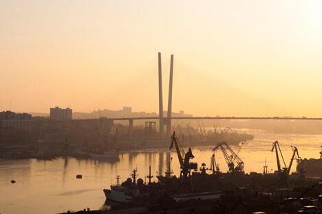 横跨海面的俄罗斯岛大桥,是目前世界上最大的新建斜拉桥,连接了符拉迪沃斯托克和附近的俄罗斯岛。图片来源:Blongman