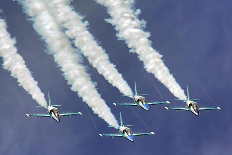 图片来源:www.aviasalon.com。现代飞行器的多功能使我们感到震撼。当我们站在上世纪40-50年代设计的图-95机翼旁,同样可以看到腾空跃起的T-50五代机。