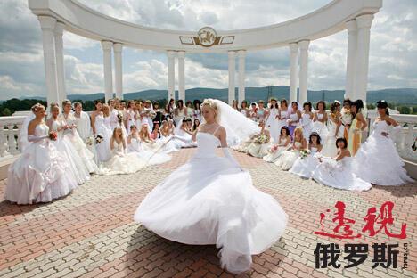 现在只有极少数人仍在遵循这些俄罗斯的老传统。目前,仅有婚礼宴席、订婚以及婚礼仪式得以保留至今,不过后两者中的传统元素已难觅踪迹。图片来源:Reuters