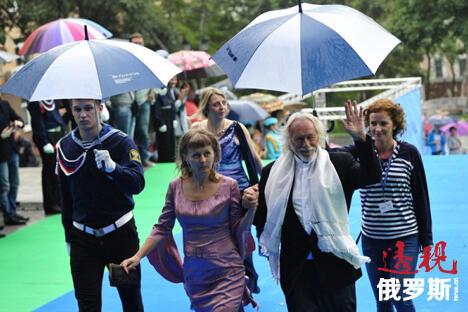 来滨海边疆区参加电影节闭幕式的法国演员皮埃尔·理查德向观众保证,今后将每隔11年来滨海边疆区一次。图片来源:俄罗斯报