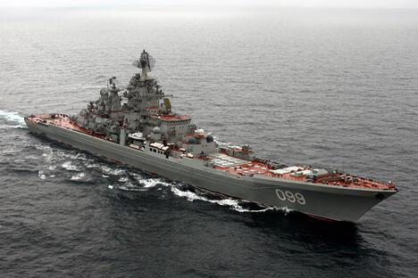 """20年后,一只由10艘军舰和辅助船只组成的舰队抵达新西伯利亚群岛,主舰是北方舰队火力最强大的""""彼得大帝""""号。图片来源:俄罗斯国防部 / Press Photo"""