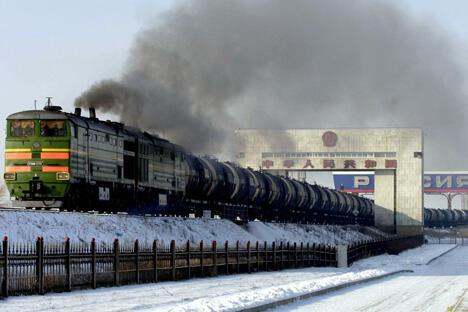 """俄罗斯铁路运输中某些区段运力低下的""""瓶颈""""问题也十分突出,特别是后贝加尔斯克到西伯利亚大铁路之间有400多公里单轨铁路每天要通过两列莫斯科至北京的对开(往返)旅客列车和两对终点站为赤塔且须往返对开的当地客运列车,货运列车则要在上述列车通过的间隔时间段内通行。图片来源:Flickr / Eul Mulot"""