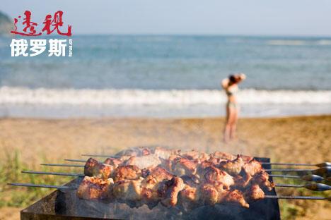 俄罗斯人的任何户外活动都少不了烤肉串。图片来源:Lori