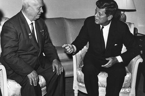 1961年6月3日,苏联领导人赫鲁晓夫(左)与美国总统肯尼迪在维也纳举行会谈。照片收藏于美国波士顿肯尼迪总统图书馆。图片来源:Wikipedia