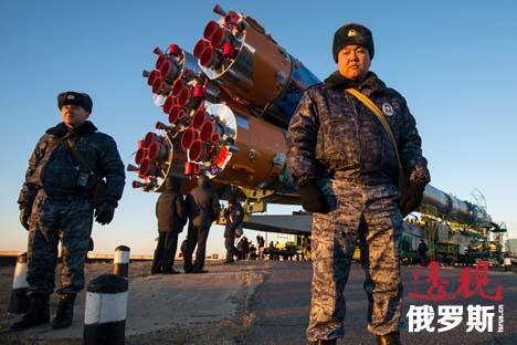 """图中:11月5日,哈萨克斯坦拜科努尔航天发射场,携带""""联盟-TMA-11M""""载人飞船的""""联盟FG""""运载火箭正由火车运送至""""加加林""""发射台。图片来源:AP"""