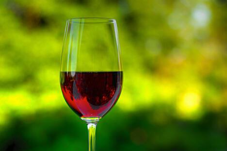 人们利用葡萄、黑莓或树莓酿制干红、甜或半甜葡萄酒,每个家庭都有自己独特的配方。这些葡萄酒通常被窖藏多年,只有在重要客人到来、婚礼或者孩子出生这样特殊的日子里,才会被拿出来喝。图片来源:Flickr / ogersmj