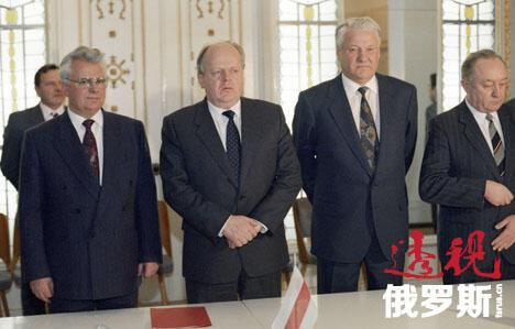 乌克兰总统列奥尼德•克拉夫楚克(左)、白俄罗斯共和国最高苏维埃主席斯坦尼斯拉夫•舒什科维奇(左二)和俄罗斯苏维埃联邦社会主义共和国总统鲍里斯•叶利钦(右二)在白俄罗斯布列斯特郊外的别洛韦日原始森林签署独联体成立协定后。图片来源:俄新社