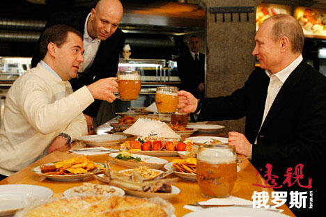梅德韦杰夫总理与普京总统在酒馆中就餐。来源:塔斯社