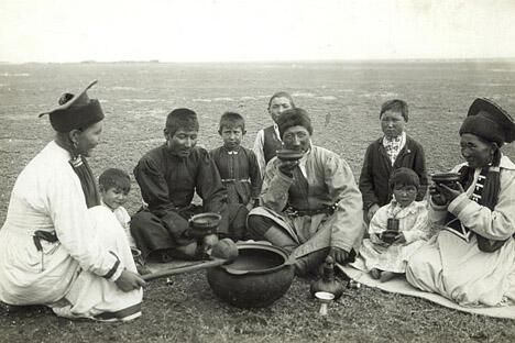19世纪末顿河州草地上饮茶的卡尔梅克人。照片藏于俄罗斯人种学博物馆基金会