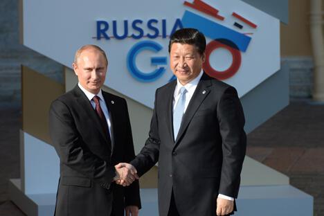 2013年9月5日,俄联邦总统普京正式迎接前来圣彼得堡参加20国集团峰会的代表团、受邀国家和国际组织的领导人。图中:普京与中国国家主席习近平亲切握手。图片来源:20国集团峰会官方网站 (http://ru.g20russia.ru/)