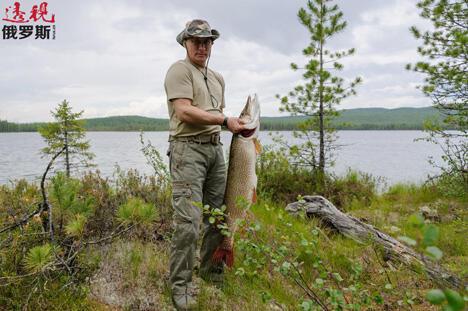 2013年7月26日,普京总统在图瓦度假期间于某国家级自然保护区捕捞到一条巨型狗鱼。图片来源:塔斯社